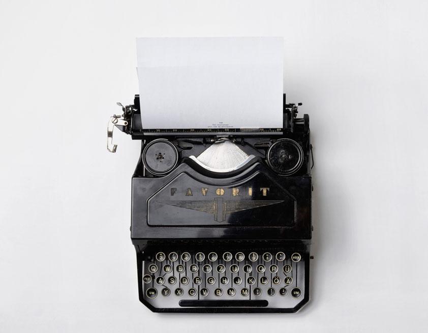 Schreibmaschine als analoger Hinweis auf den digitalen Newsletter Versand
